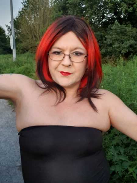 not single, in a relationship with the wonderful sardoboss xxx She is my partner but not my Domme. 